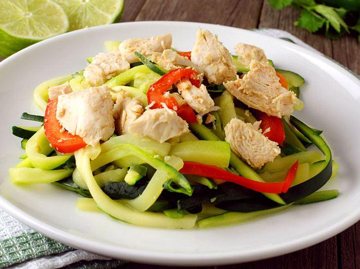Gemüsenudeln mit Hähnchen sind ein einfaches und gesundes Abendessen.