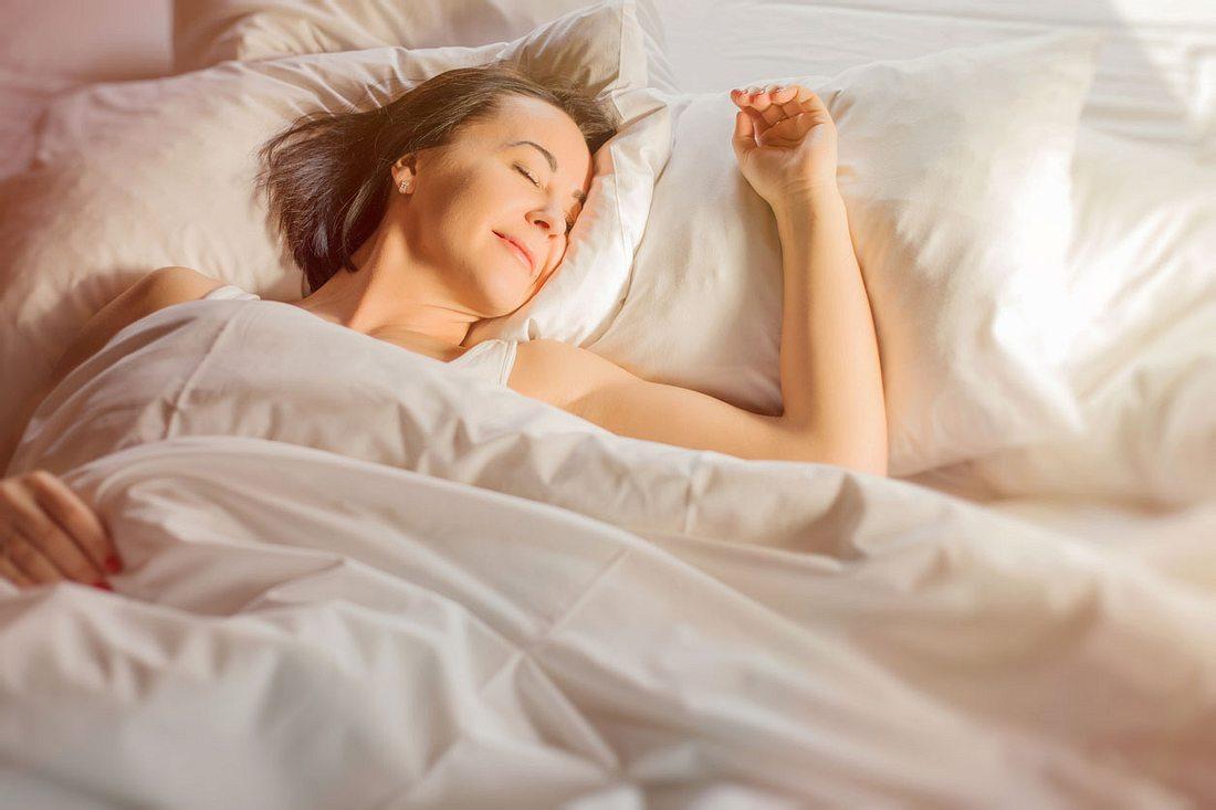 Besser zu schlafen lässt sich mit einigen Tipps und Tricks auch im Alter umsetzen.