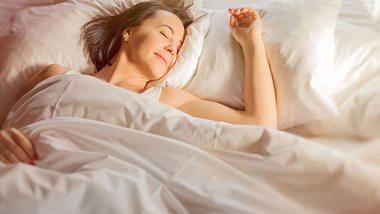 Besser zu schlafen lässt sich mit einigen Tipps und Tricks auch im Alter umsetzen. - Foto: grinvalds / iStock