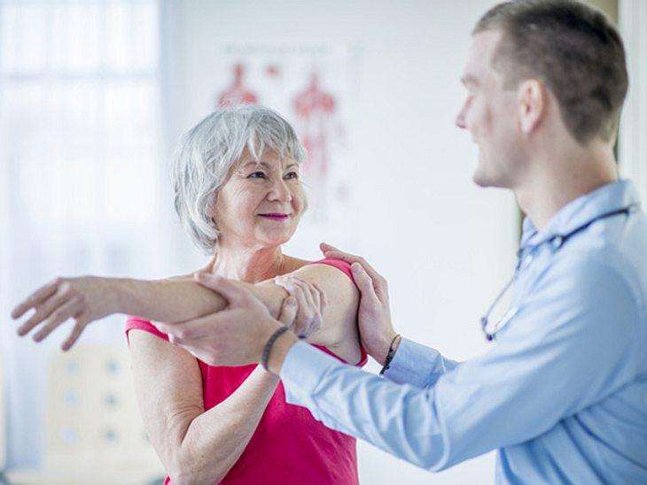 Mit Hilfe der Manuellen Medizin innerhalb der Naturheilkunde können Gelenkschmerzen therapiert werden.