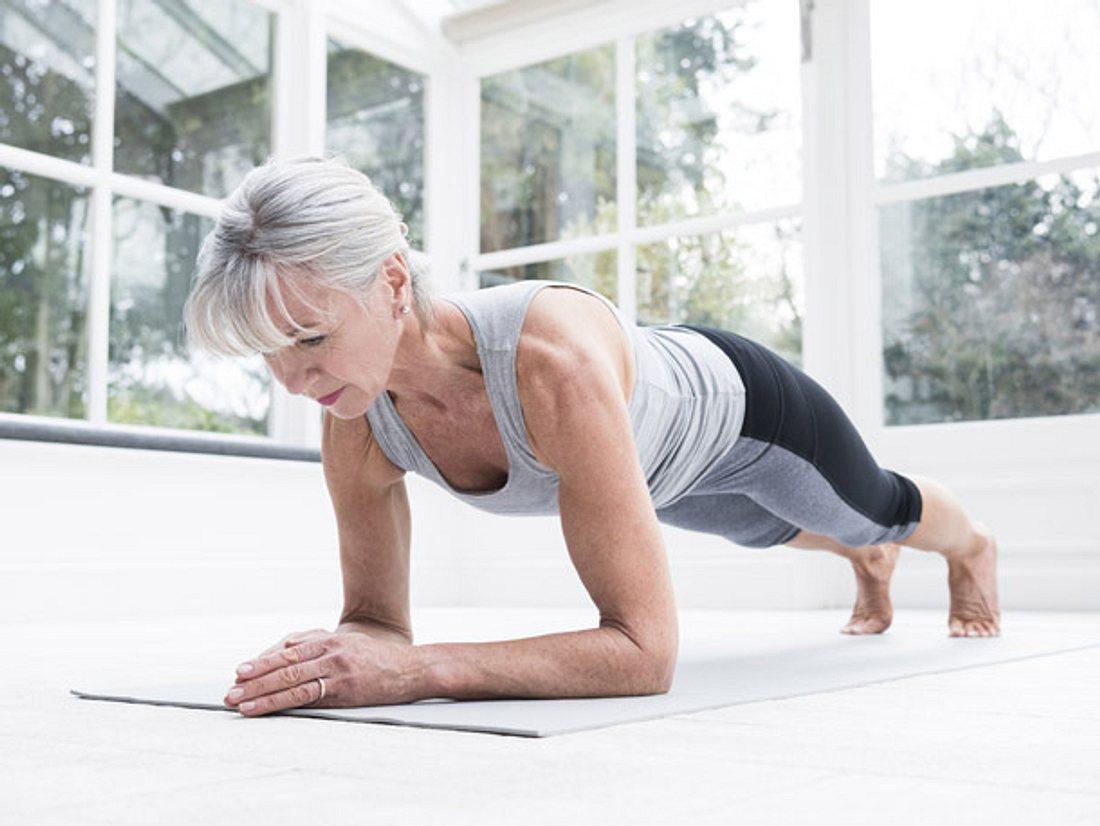 Yoga beugt Unbeweglichkeit im Alter vor.