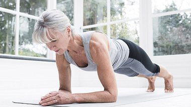 Yoga beugt Unbeweglichkeit im Alter vor. - Foto: iStock / JohnnyGreig