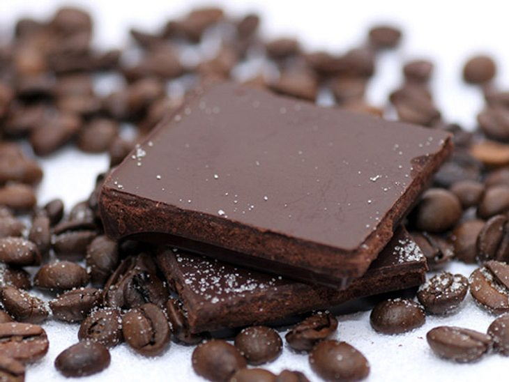 Zartbitterschokolade ist nicht nur lecker, sondern dank wertvoller Pflanzenstoffe auch gesund.
