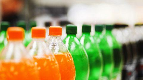 Die in Light-Getränken enthaltenen künstlichen Süßstoffe könnten das Schlaganfall- und Demenz-Risiko erhöhen. - Foto: RapidEye / iStock