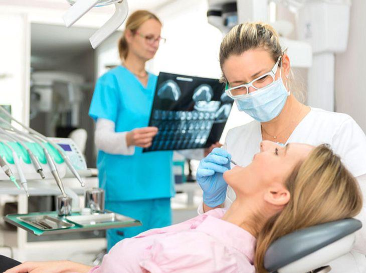 Zahnprobleme wie Karies oder Parodontitis können weitere gesundheitliche Folgen mit sich bringen.