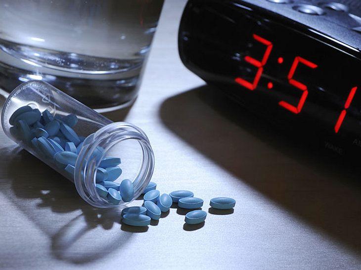 Wer nachts nicht zur Ruhe kommt, greift häufig zu einem Schlafmittel - doch wann eignen sich pflanzliche, wann synthetische Stoffe?