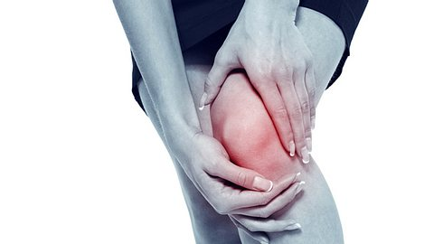 Schmerzen können mit Hilfe von Kälte- und Wärmebehandlungen gelindert werden, doch was hilft in welcher Situation? - Foto: DKart / iStock