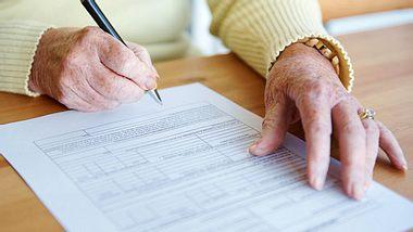 Nicht nur eine Patientenverfügung, sondern auch die Vorsorgevollmacht sind wichtige Dokumente für den Ernstfall. - Foto: shapecharge / iStock