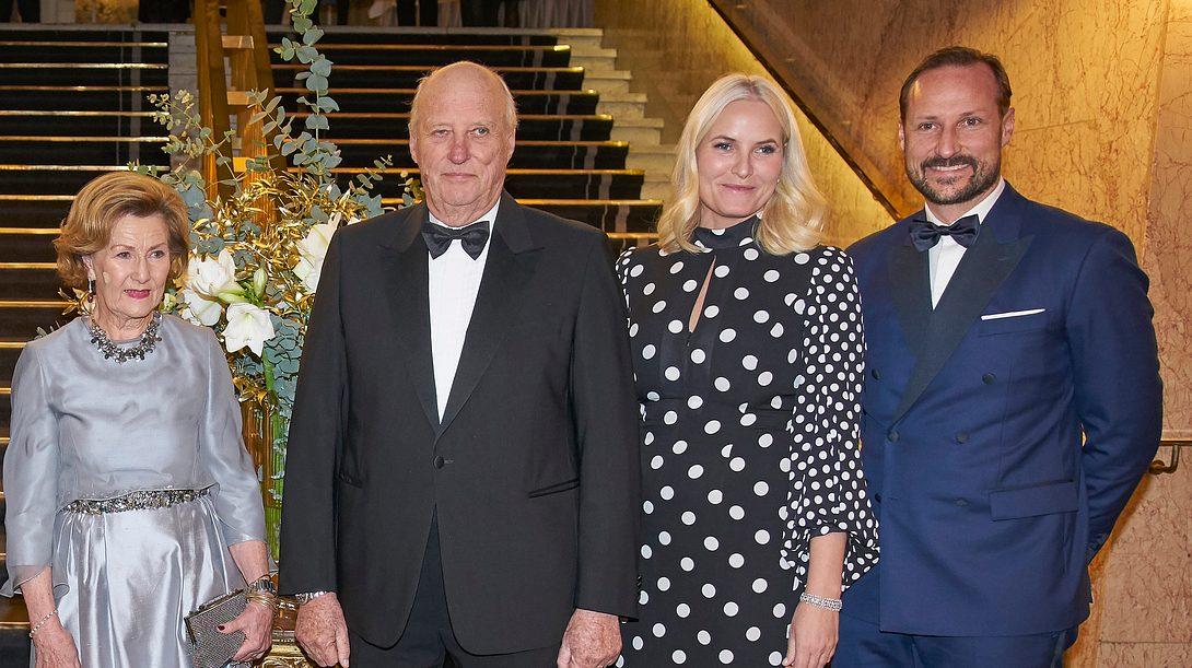 Norwegisches Monarchenpaar und Thronprinzenpaar bei einer Gala. - Foto: GettyImages/ Erik Valestrand