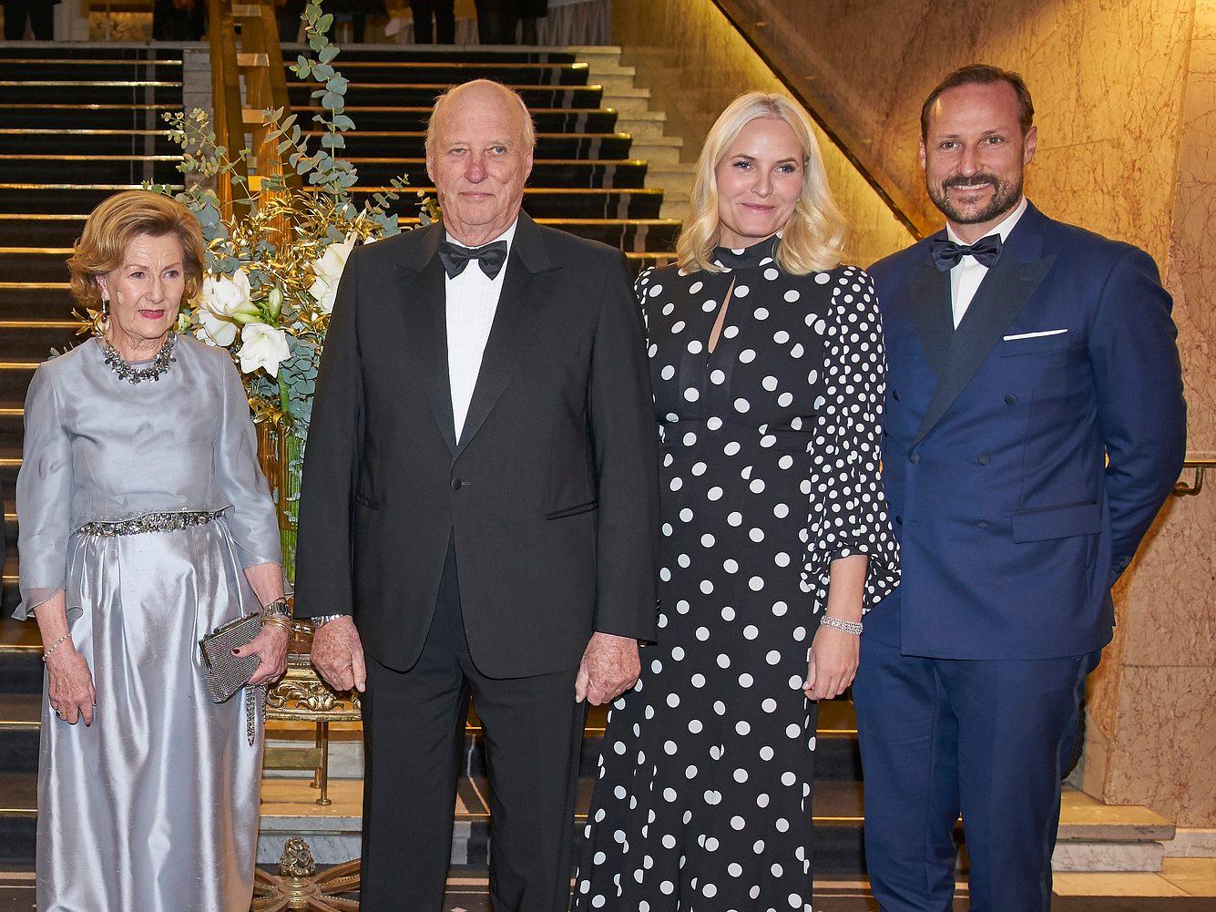 Norwegisches Monarchenpaar und Thronprinzenpaar bei einer Gala.