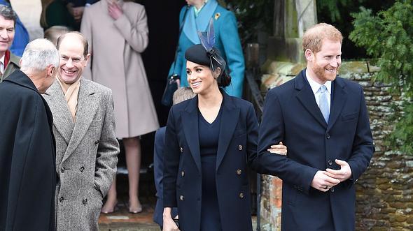 Prinz Edward, Prinz Harry und Herzogin Meghan nach dem Weihnachtsgottesdienst 2018. - Foto:  PAUL ELLIS/GettyImages