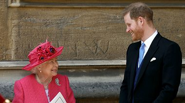 Königin Elisabeth II. und ihr Enkel Prinz Harry stehen sich sehr nahe. - Foto:  STEVE PARSONS/GettyImages