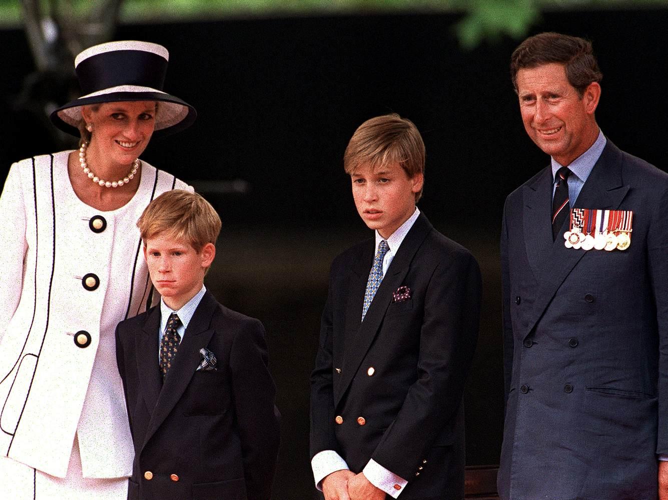 Ein Familienfoto von Lady Diana mit ihrem Ehemann Prinz Charles und ihren gemeinsamen Söhnen Prinz William sowie Prinz Harry.