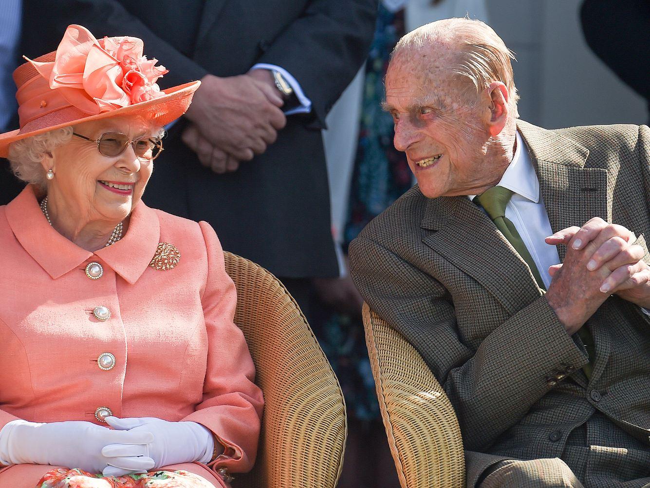 Königin Elisabeth II. und Prinz Philip bei einem Pferderennen in Egham.