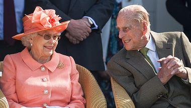 Königin Elisabeth II. und Prinz Philip bei einem Pferderennen in Egham. - Foto:  Antony Jones/GettyImages