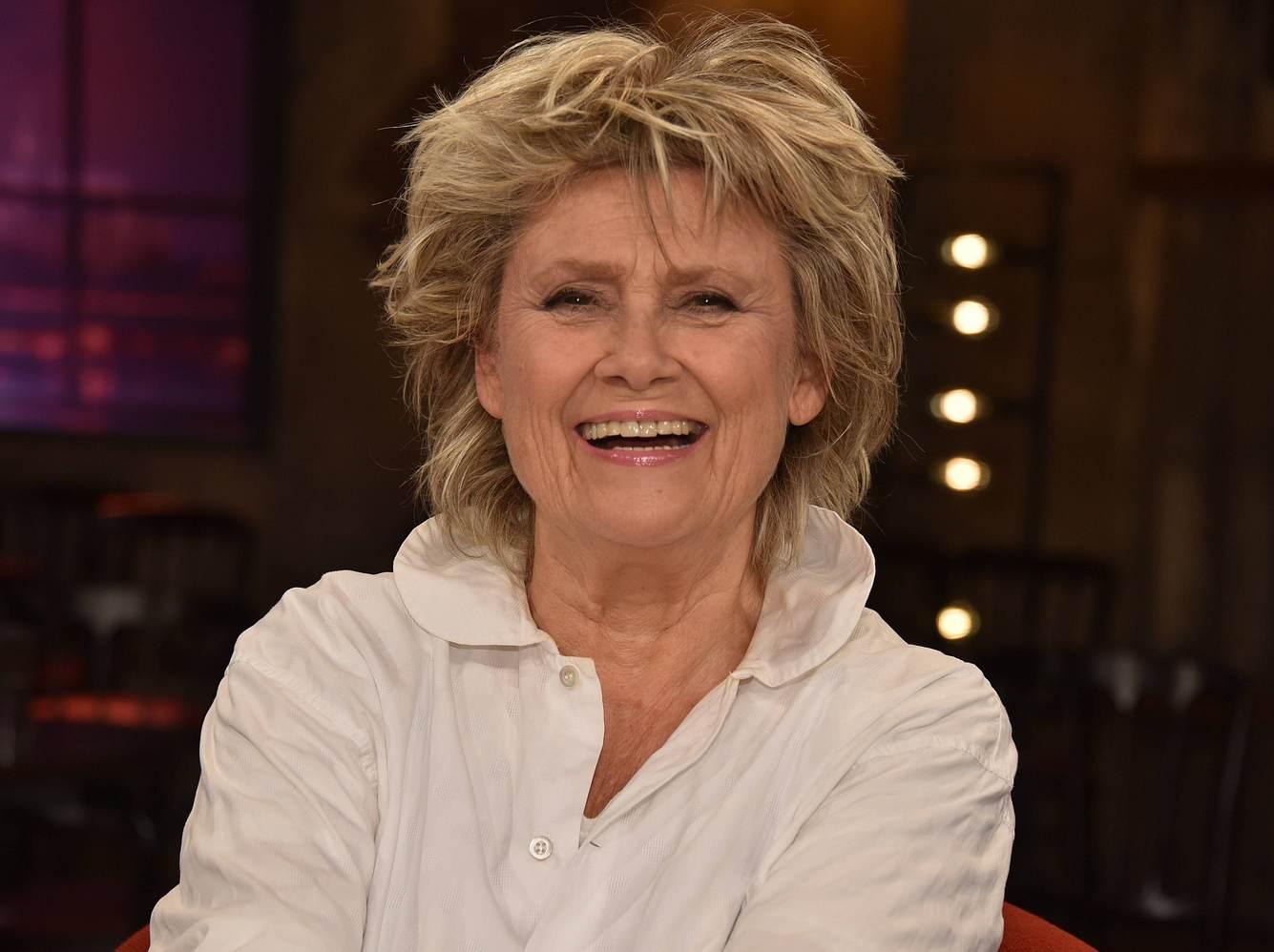 Sängerin Gitte Hænning lacht in die Kamera.