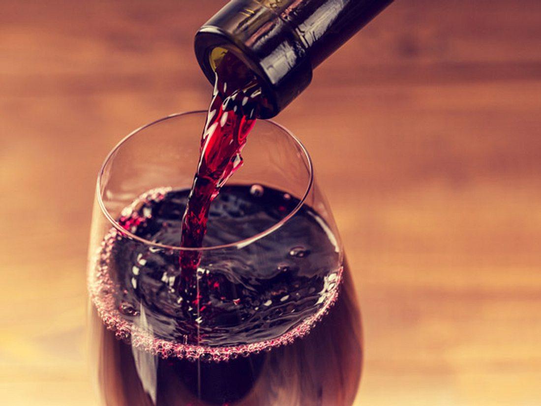 Gläser reinigen Weinglas mit Rotwein