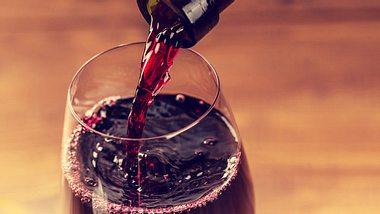 Gläser reinigen Weinglas mit Rotwein - Foto: jeka1984/iStock