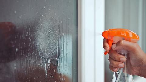Glasreiniger selber machen: Hausmittel sorgen für neuen Glanz