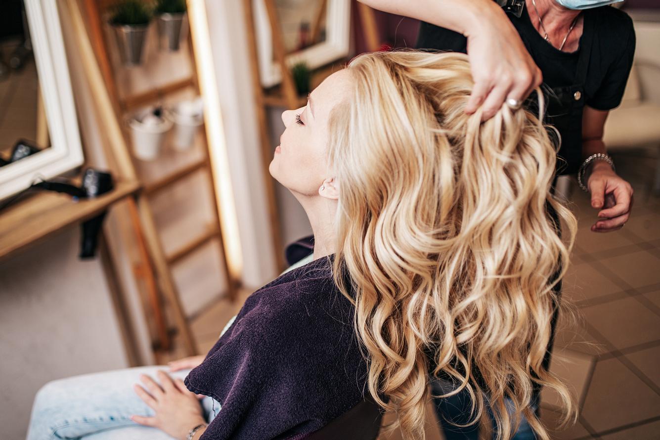 Ein Glossing für die Haare zaubert ein tolles Finish.