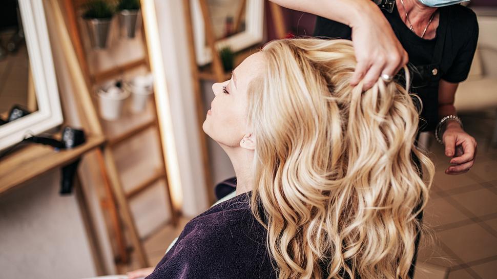 Ein Glossing für die Haare zaubert ein tolles Finish. - Foto: iStock/ Group4 Studio