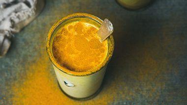 Goldene Milch: Den Gesundheitstrunk selbst herstellen - Foto: Foxys_forest_manufacture / iStock