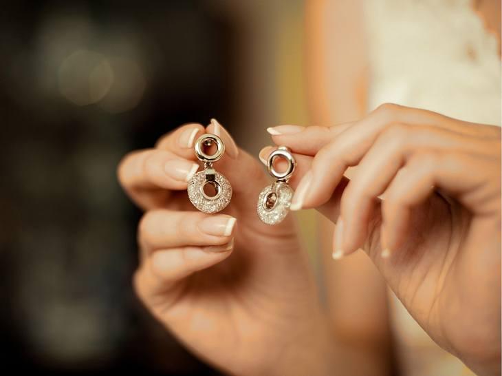Darum lieben wir goldene Ohrringe so sehr