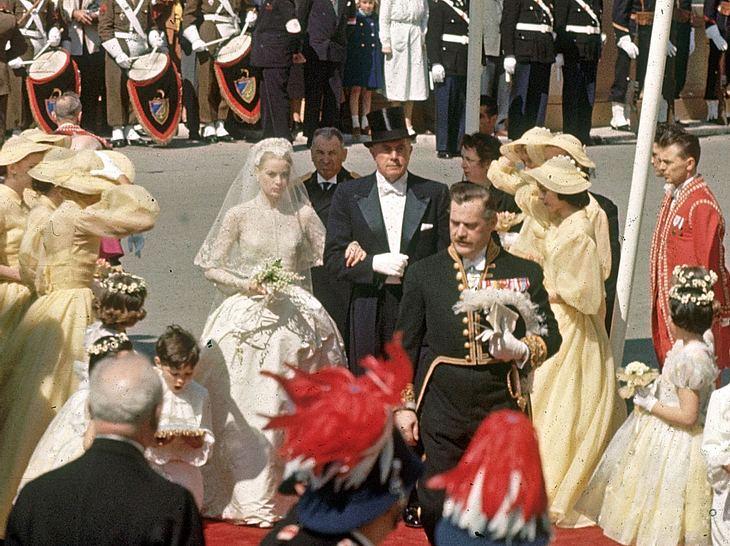 Grace Kelly am Tag ihrer Hochzeit auf dem Weg zur Kathedrale von Monaco.