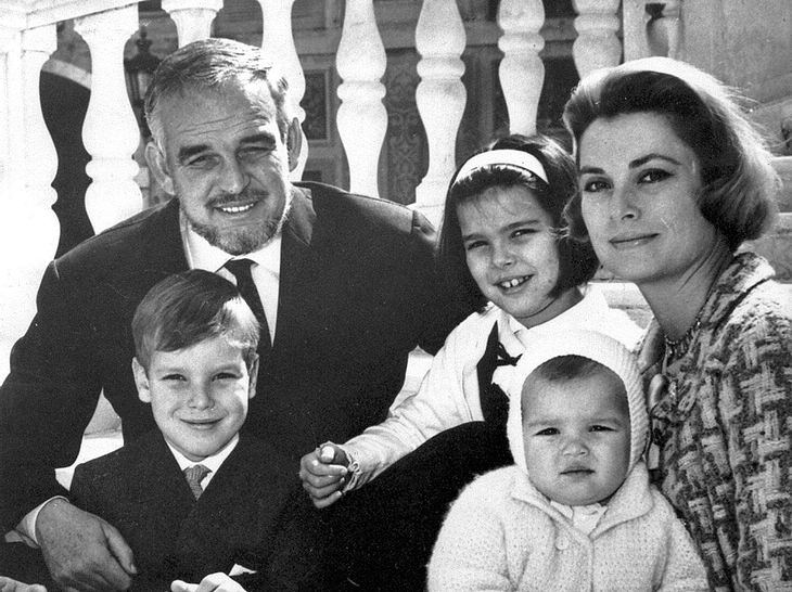 Fürst Rainier und Fürstin Gracia Patricia mit den Kindern Prinzessin Caroline, Prinz Albert und Prinzessin Stéphanie.