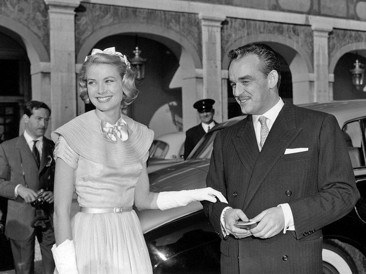 Grace Kelly mit ihrem Zukünftigen Fürst Rainier kurz vor der Hochzeit.