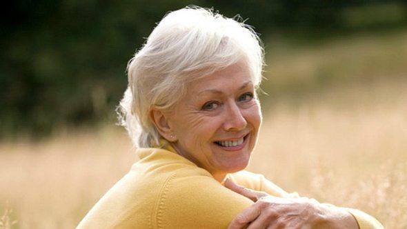 Graue Haare pflegen - so bleibt der Glanz! - Foto: iStock