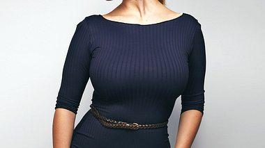 Frauen, die eine große Oberweite haben, sollten bei der Wahl ihrer Kleidung ein paar Dinge beachten. - Foto: jacoblund / iStock