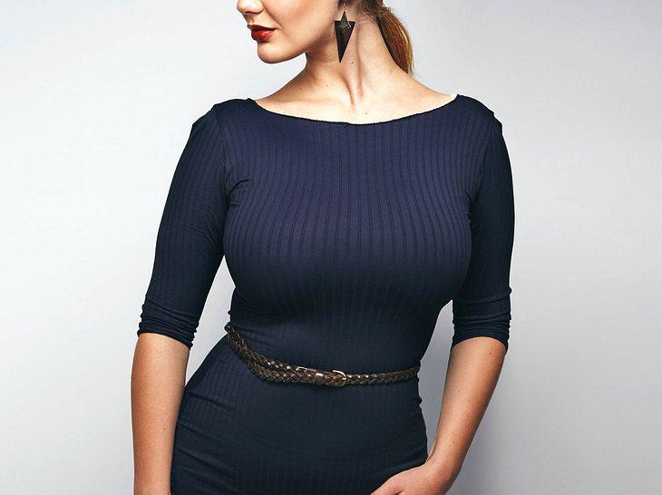 Frauen, die eine große Oberweite haben, sollten bei der Wahl ihrer Kleidung ein paar Dinge beachten.