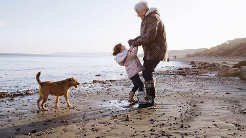 Großeltern sind eine Bereicherung für die Familie. - Foto: SolStock / iStock