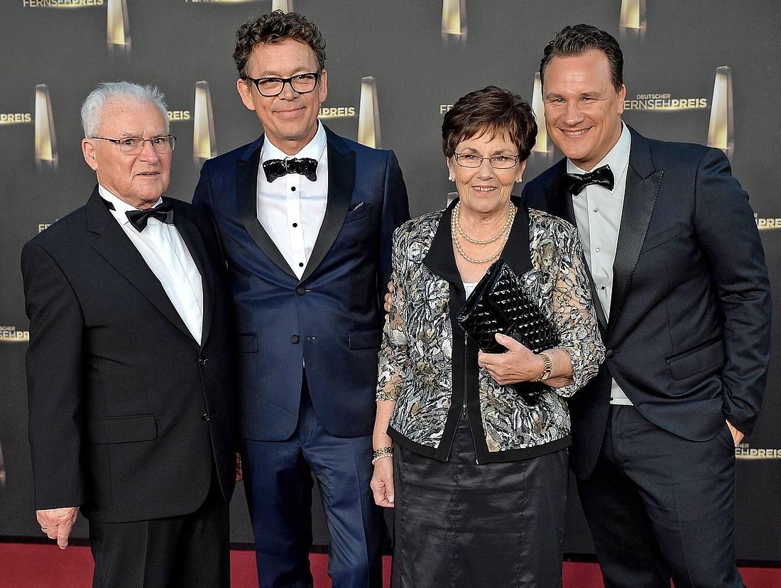 Guido Maria Kretschmer mit seinem Mann Frank Mutters und den Eltern Erich Kretschmer und Marianne Kretschmer.