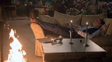 Gunter legt ein Feuer in der Gärtnerei. - Foto: ARD / Nicole Manthey