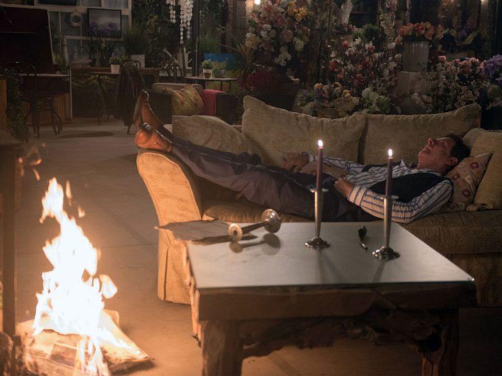 Gunter legt ein Feuer in der Gärtnerei.