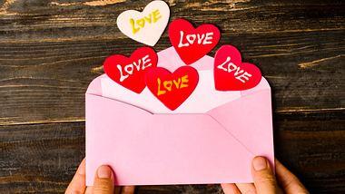 Ein Geschenk mit persönlicher Note ist ein Gutschein, den Sie selber basteln. - Foto: Nungning20 / iStock