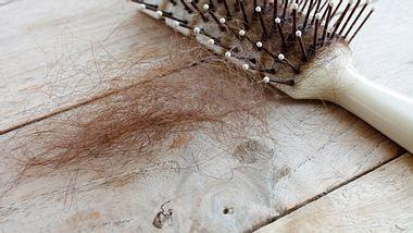 Haarausfall bei Frauen vorbeugen: Gesundes Haar und mehr Volumen - Foto: Kwangmoozaa / iStock