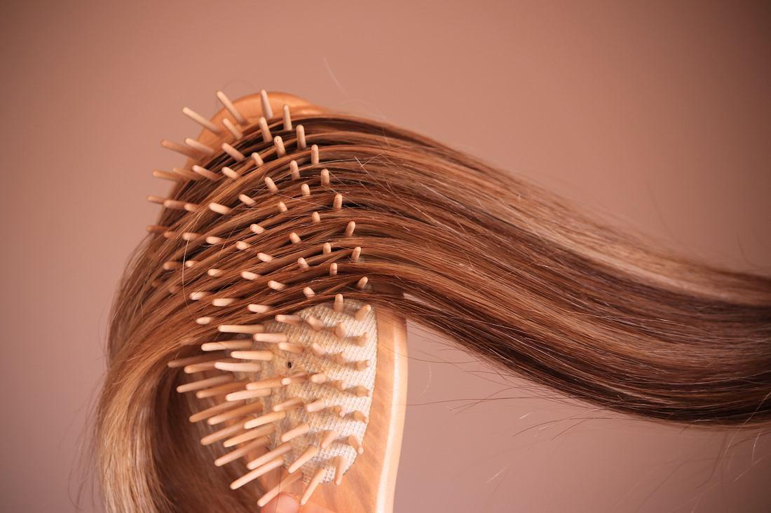 Haare gleiten über Bürste