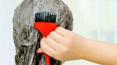 Tipps und Tricks beim Haare färben. - Foto: stock_colors / iStock