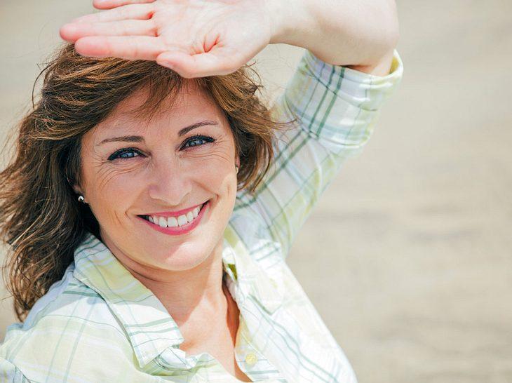 Mit der richtigen Haarpflege schützen und stylen Sie Ihren Schopf auch im Sommer optimal.