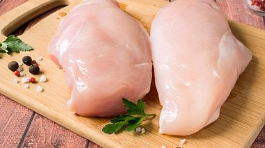 Um rohes Hähnchenfleisch gesundheitlich unbedenklich zuzubereiten, sollten Sie es nicht waschen. - Foto: derketta / iStock