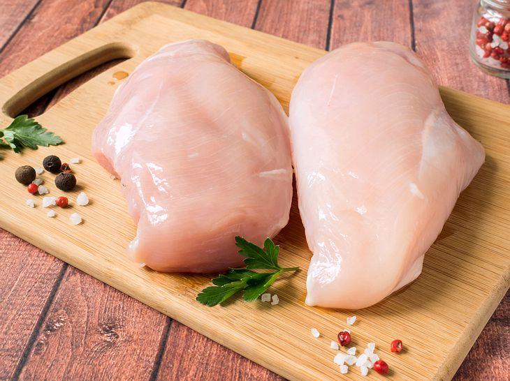 Um rohes Hähnchenfleisch gesundheitlich unbedenklich zuzubereiten, sollten Sie es nicht waschen.