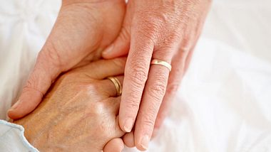 Neuen Studienergebnissen zufolge kann Händchenhalten Schmerzen lindern. - Foto: STEEX / iStock