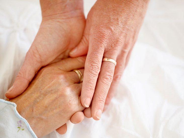 Neuen Studienergebnissen zufolge kann Händchenhalten Schmerzen lindern.