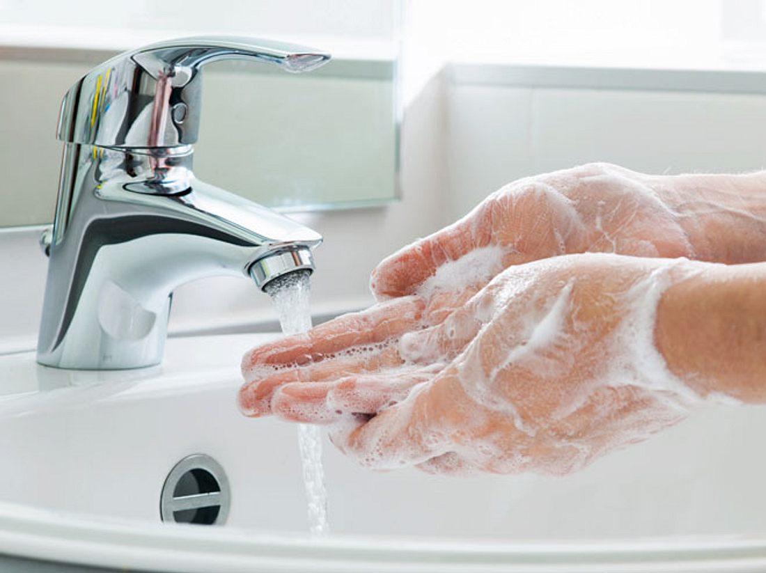 Wir verraten, wie Sie sich am besten die Hände waschen sollten.