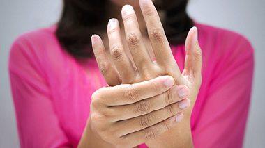 Woran kann es liegen, wenn die Hände zittern? - Foto: Tharakorn / iStock