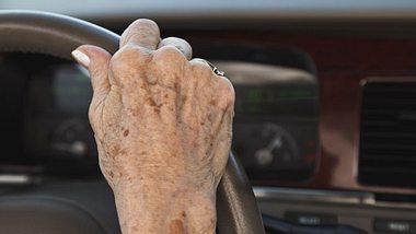 Hafte ich, wenn ein Pflegebedürftiger einen Autounfall verursacht? - Foto: dszc / iStock
