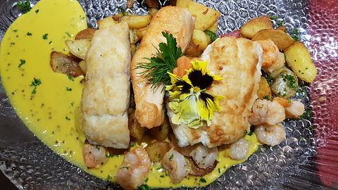 Hamburger Pannfisch mit Bratkartoffeln und Senfsoße. - Foto: Andreas Steidlinger / iStock